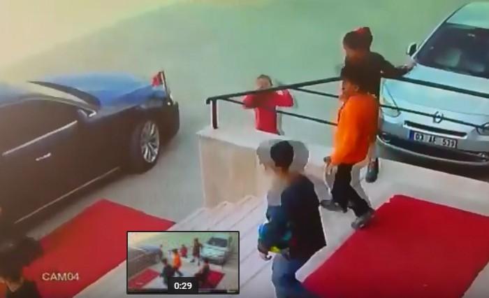 Türk Bayrağını yerde bırakmayan çocuklar